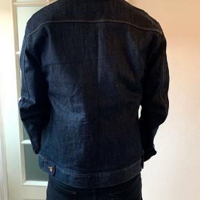 Minimum Denim Jakke, Raw Denim, mørkeblå denim farve, nærmest ubrugt. Størrelse 52, L. Nypris: 995kr
