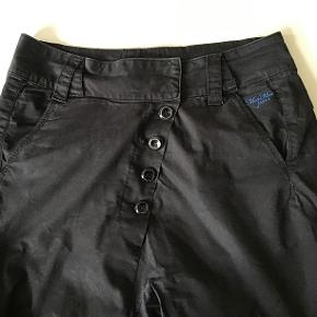 Rigtig lækre bukser str 28. Livv 80 cm. Skridtlængden 71 cm. 98 % bomuld, 2 % elasthane Se smarte detaljer.