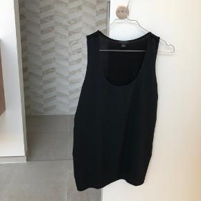 Ann Taylor top i sort størrelse small. Ryggen på toppen er rayon, og fronten er polyester. Meget fint 🖤