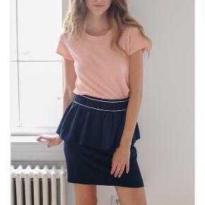 Super fin nederdel med flæser. Ganni. Mørkeblå med hvide striber/syninger. Brugt to gange. Fejler intet.  46 cm