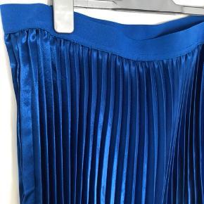 Lækker blå nederdel plisse str.42