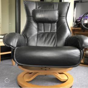 Jeg har denne lænestol til salg, da der ikke er plads til den hvor jeg flytter hen. Den er stort set aldrig siddet i, så standen er som ny. Sælges for 800 kr.  Køber henter selv. Skal hentes i Århus C.