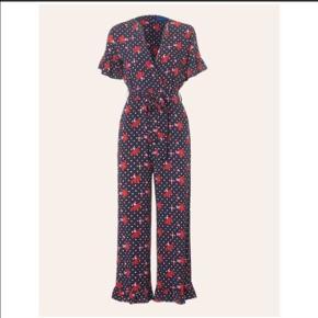 Smuk buksedragt med lyserøde og røde blomster med hvide prikker. Flæser på ærmerne og benene og lommer