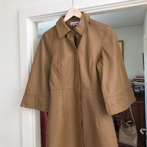 Aldrig brugt kjole fra Ganni i lamme læder. Helt fantastisk kjole, men må erkende den er for lille. Det er en str 36.