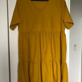 Flot karry gul kjole fra Pieces str L. Brugt få gange.  Fra ikke rygerhjem