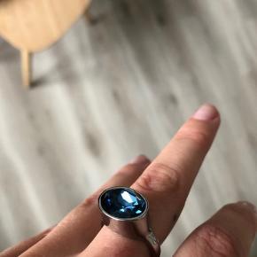 Ring fra D/K i sølv med stor, flot, blå sten.