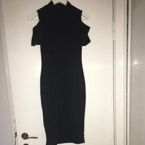 Sort kjole med høj hals og bare skuldreMærke: sparkz Størrelse: 11-12 år God stand men brugt Røgfrit hjem Byd!