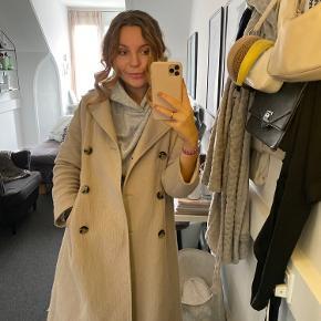 Rigtig fin Frakke fra Zara, sælger da jeg ikke bruger den nok. Kan passes af en S og M ☀️