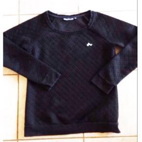 Klassisk sort sweatshirt / pullover / bluse / trøje fra Only Play  Den er ikke i bomuldsstof, som alm. sweat Fra Onlys sports serie, men kan både bruges som hverdagstrøje og udover til sport / træning Str. M, passer en S-M God men brugt, men i pæn stand Nypris 300  Kan sendes med DAO for 38.   Se også mine andre annoncer. Sælger billigt ud, og giver gerne mængderabat :) Befinder sig i Ikast