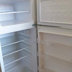 Mærke: Matsui  Et fint kølefryseskab købt for et år siden.  Skal bare have en rengøring, så er det så godt som nyt.   Energiklasse: A+  Bredde: 55 Dybde: 58 Højde: 141  (Der var kommet noget farve på køleskabet, som man kan se på billedet. Dette er blevet fjernet.
