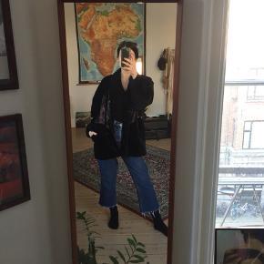 Vintage velour jakke i sort med flotte mønsterdetaljer og lommer. Har to slidte mærker som vist på billederne.
