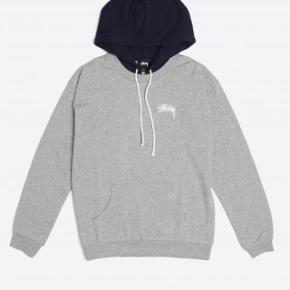 Grå og mørkeblå 'greenwich contrast hoodie grey heather' hættetrøje fra stüssy, str m! Snorene på trøjen er ikke så lange som på det første billede (hvilket også ses på de andre billeder:)) normalpris: 725kr