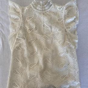 Super fin t-shirt/skjorte med fine blonder. Der er en hvid tank top indenunder. Den er kun brugt få gange.