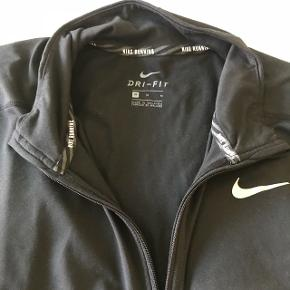 Cool Nike Dryfit sort løbetrøje i hel og pæn stand. Lynlåsen går ikke hele vejen ned. Str. M (brugt af dreng på 180 cm.)