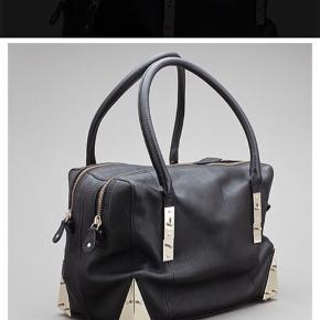 Sort Stine Goya for Adax taske, brugt nogle få gange. Sælges da jeg desværre ikke får den brugt. Forbeholder mig ret til ikke at sælge hvis ikke det rette bud kommer.  Nyprisen er: 3000kr  Kom med et bud!