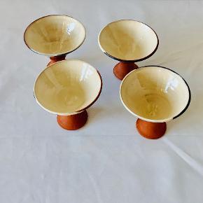 4 stk skønne keramiske vinskåle fra Pottemageren På Reersø. Smukt samspil mellem den dybe blå glasur, den rå hvide inderside og den på stilk og fod. Vil passe på ethvert hjem, til vin, vand, kaffe - eller måske som en smuk skål? Højde: 9,5 cm Diameter: 11 cm