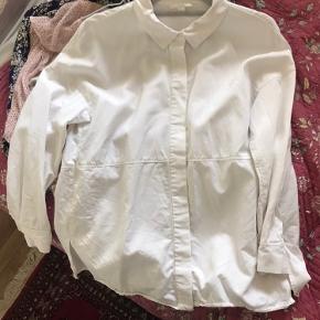 Hvid Cos skjorte i dejligt materiale. 100 procent lyocell som bør stryges.  Yderst vedligeholdt og meget moderne classisk snit.