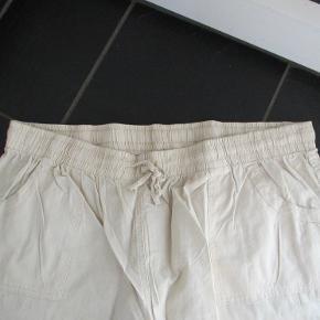 Lyse bløde bukser, str 50 der er meget behagelige at have på. Der er bindebåndog elastik i taljen, ved anklen er der også bindebånd Materiale: 100% Bomuld. Hel længde ca 100 cm.  Se også mine flere edn 100 andre annoncer med bla dame-herre-børne og fodtøj