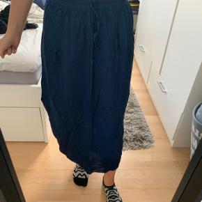 Købt på Bali Fin nederdel med slises i siden   Tages ikke ydeligere billeder eller mål Prisen er fast uden fragt !