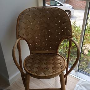 Børnestol fra le corbusiers. Med små fejl men ellers i rigtig fin stand.  ny pris 699 .Fra ikke ryger hjem😊Sælges til højeste bud.