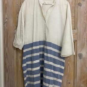 Tunika kjole fra COS med striber. Går til først på lårene. Let sommerkjole med lommer forrest.