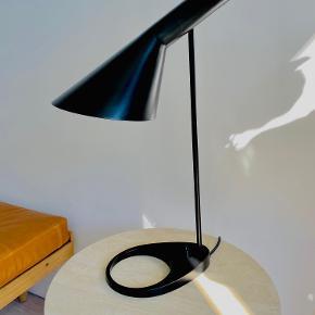 Aj bordlampe til salg. I perfekt stand. Højde 560 mm.  AJ bordlampe blev designet af Arne Jacobsen i 1960 til SAS Royal Hotel i København (Radisson Blu). Lampen udgjorde en del af det totale designkoncept til hotellet. Flere af hotellets produkter har i dag opnået status som designikoner, og inden for belysning er især AJ-lamperne blevet verdenskendte.