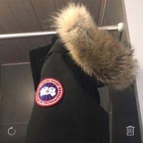 Jeg sælger denne varm og smuk Canada Goose frakke i model Kensington. Frakken er i fin stand. Pelsen er helt ny og fuldstændig ubrugt. Størrelsen er XXS, men den passer både XS og S.  Nypris 6750kr.  BYD, men ikke skambyd.    Kan sendes mod betaling.