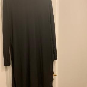 100 % silke, tunika med høje slidser i siden. Brugt sparsomt 🌸