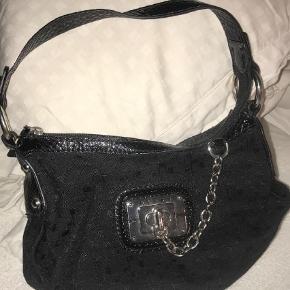 Varetype: Håndtaske Størrelse: Lille Farve: Sort Oprindelig købspris: 799 kr.  Fin lille taske dea Guess. Brugt en gang, så som ny. Kæden foran kan tages af.