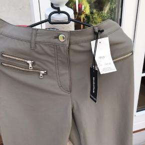 Helt nye bukser fra Betty Barclay med flot detalje nederst på buksen.