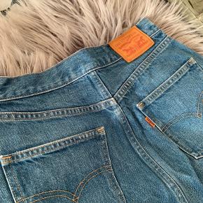Nederdele sælges samlet  Blå nederdel med lynlås, Levi's - str. 24 Armygrøn nederdel med knappe - str. 34  Prisen er for begge