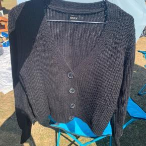 Kort strik cardigan sweater med knapper. Som ny.