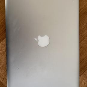 """MacBook 13"""". en ældre sag fra 2010. laderen er købt hos Apple i 2017, da den gamle stod af. jeg købte selv ny computer i 2018 og har ikke været så meget i brug de seneste to år. dog fungerer den fint!   der medfølger lader, forlænger og hvad der ellers er af godter i kassen, da jeg også stadig har den."""