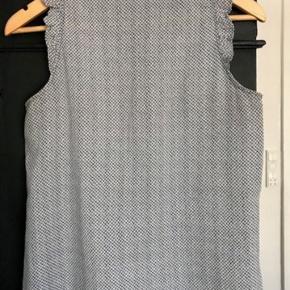 Rigtig sød lille Custommade top i bomuld og silke. Ikke brugt ret meget, og fejler ikke noget.  Handel er via Mobilepay og sender gerne med DAO til pakkeshop.