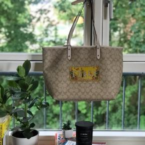 Lovely signature tote from Coach bought last year but I rarely used. Free delivery in Copenhagen area or pick up in Søborg.