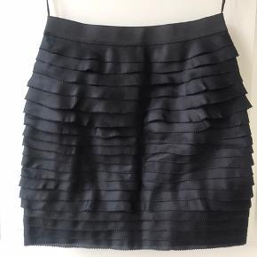 Rigtig fin nederdel fra Phillip Lim. Aldrig brugt. Det er en str. 8, ca svarende til en str 38. Nederdelen er sort/blålig.  Byd gerne 😊