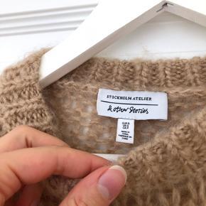 Smuk strik fra & Other Stories 🐪✨ Brugt få gange - fejler intet 💛 Trøjen er lidt lysere i farven end på billedet ❗️ 52% uld 48% mohair