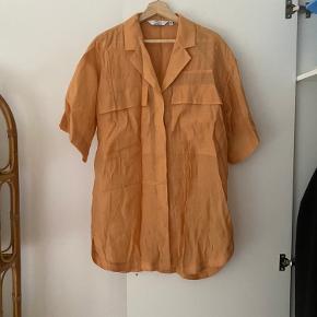 Oversize skjorte fra &Other Stories. Kun prøvet på og ellers aldrig brugt. Størrelsessvarende.