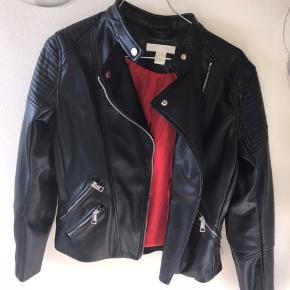 Sælger denne cool læderjakke fra H&M 💕