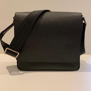 Louis Vuitton Roman PM Tasken er blevet brugt få gange og er derfor næsten som ny.  Nypris er 11200 kr.  Købt i Louis Vuitton på strøget  Kvittering haves.