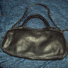 Varetype: skuldertaske ægte læder solid god til hverdag rummer en del Størrelse: Stor Farve: Sort Oprindelig købspris: 7000 kr.  lækker stor sort taske i læder. god til hverdag.rummer en del. nul bytte. kan ses i kbh k.