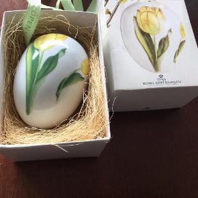 Varetype: Gåseæg 10 cm gul tulipan Størrelse: 10 cm Farve: Gul tulipan  Royal gåseæg i original æske med rede og bånd  Et samler objekt   GUL TULIPAN gåseæg 10 cm  Sender med gls eller dao + 39 kr