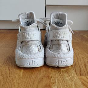 På den højre sko på siden, er den gået lidt i stykker. Det er ikke noget voldsomt. Hvis man er interesseret i skoene, kan jeg sagtens sende et billede af det.