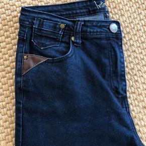 Et par rigtig fine cowboybukser i et godt mærke.  Intown - Laura.  Skridtlængde ca 75 cm   Porto betales af køber med 45 kr.