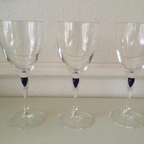 Tre flotte rødvinsglas fra Venise  Saphir sælges. Farven er blå og højden 20 cm. Pris pr. stk. 60 kr. Har også 2 champagneglas, 2 snapseglas og et cognacglas til salg- se mine andre annoncer.