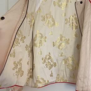 Fedeste bomber jakke i silkesatin. Så mange fine detaljer.