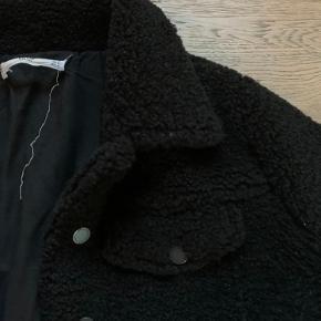 """Fin """"plys""""-vinterjakke fra Mango. Købt sidste vinter og næsten ikke brugt. Nypris var 600 kr."""