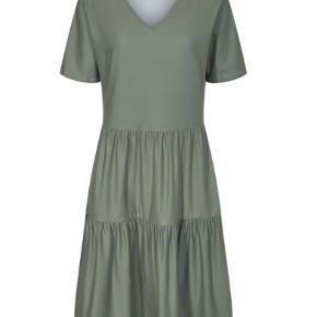 Alma - Short loose Dress - Dusty Army. Korte ærmer, løs pasform og meget blød kvalitet.   Str XL/XXL  Brugt en enkelt gang