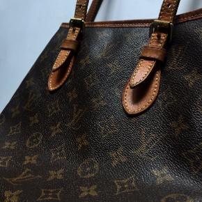 Vintage Louis Vuitton taske 👍  Sælger denne vintage Louis Vuitton taske med det klassiske monogram. Den er i meget god stand, og er blevet passet godt på. Den har ikke nogen mærkværdige flaws.  Kan sendes, skriv en besked, så aftaler vi nærmere!