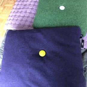 Fin pude fra Hay i lilla med gul og lilla knap Mål: 40x55